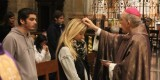 El arzobispo impone con ceniza la señal de la cruz a una joven en la misa que ha oficiado en la Catedral/javier peiró