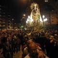 Un grupo de falleros y devotos porta a la Virgen de los Desamparados en Campanar/javier peiró