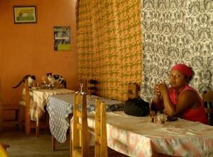 Restaurante de zona financiera, señora conjuntada y gatos comiendose las sobras de la mesa que acaba de irse.