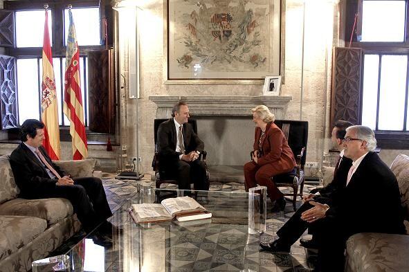 El presidente Fabra departe con la presidenta de la FECA en el Palau de la Generalitat/gva
