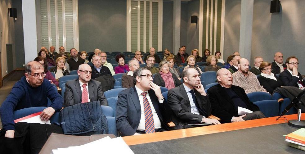 Asistentes a la asamblea de la archicofradia escuchan las explicaciones del rector/manuel molines