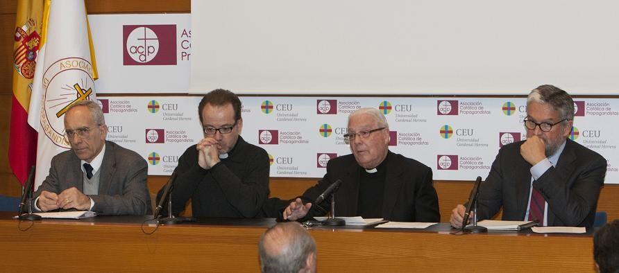 El rector de la Basílica habla a los asistentes/manuel molines