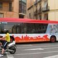 Un bus de la EMT recorre una calle de Valencia