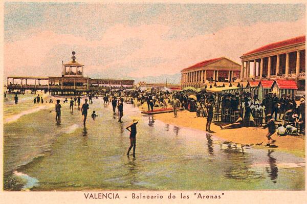 Postal coloreada con el Balneario y la orilla de la playa que le da el nombre. / Archivo fotográfico de Rafael Solaz