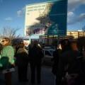 Los vecinos de Benimaclet en una protesta reciente contempla el cartel de un centro que no se hará/aavv benimaclet