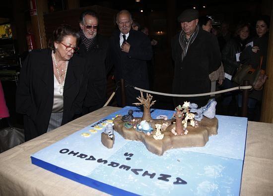 La alcaldesa contempla una decoración hecha por el V aniversario del Bioparc/ayto vlc