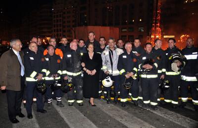 Un grupo de bomberos con el edil Dominguez y la alcaldesa Barberá en la crema/ayto valencia