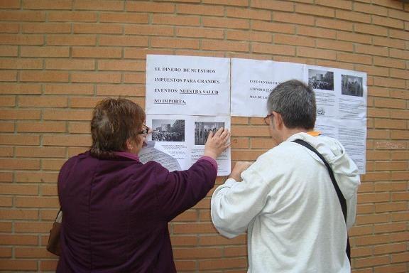 Dos dirigentes vecinales en una acción de protesta para reclamar el centro de salud en 2012/aavv benimaclet