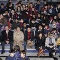 Paco Bueno, del Plan de Drogodependencias, y la edil Lourdes Bernal con los estudiantes en la primera proyección/ayto vlc