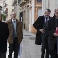 Un grupo de cofrades llega al Palacio de Colomina para asistir a la reunión/manuel molines