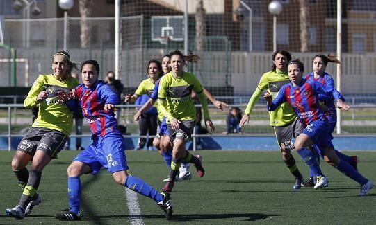 Las jugadoras del Levante y el RCD Espanyol durante el lanzamiento de un córner/Patricia Asensio