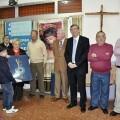 La presidenta de la junta mayor, Begoña Sorolla, y el cofrade del Ecce-Homo, Jesús Tortajada con las Creu Marinera 2013/rafa montesinos