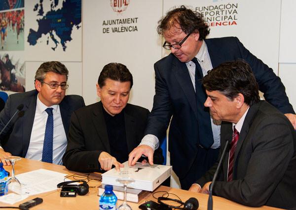 Cristóbal Grau, Kirsan ILyumzhinov, José Antonio Garzón y Javier Ochoa con un ejemplar de NEBEA. Foto: Isaac Ferrera