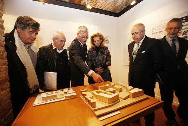 El director del Museo detalla a las autoridades como es el entorno del contenedor cultural/ayto vlc