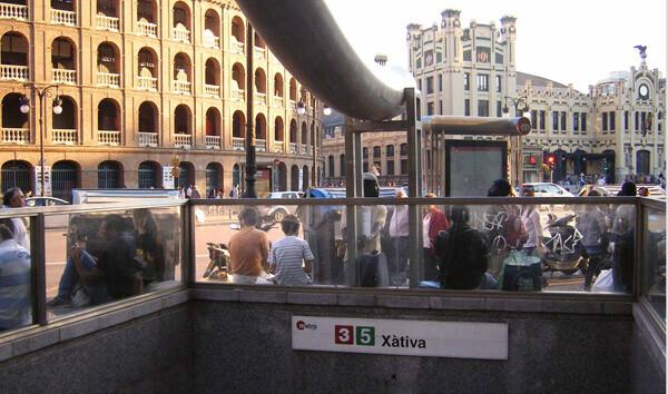 La entrada a la estación de Xàtiva, frente a la Plaza de Toros y la Estación del Norte, en Valencia