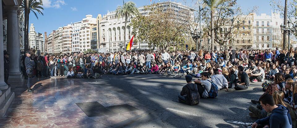 Los estudiantes durante la sentada delante del Ayuntamiento al que lanzaron huevos/Isaac Ferrera