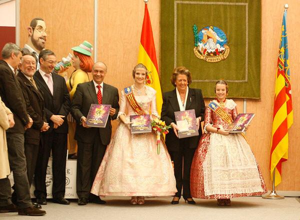 Mostrando a los presentes el Libro Fallero 2013. Foto: Ayto. Valencia