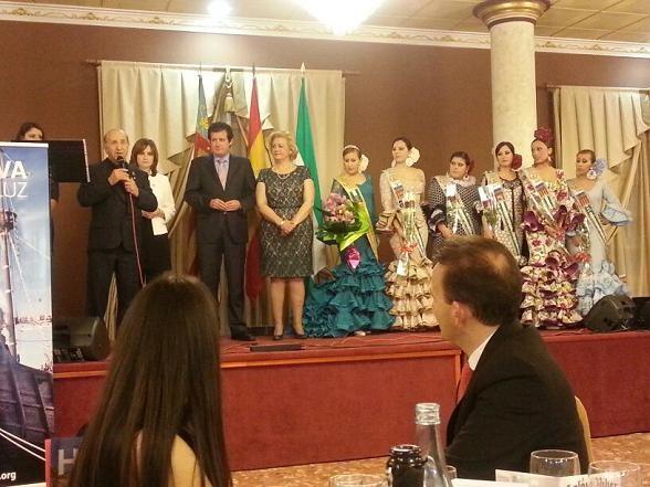El Andaluz del Año se dirige a los asistentes al acto de Albal ante la mirada del vicepresidente de la Generalitat, José Ciscar, y la presidenta de la Fecacv, Puri Torres/fecacv