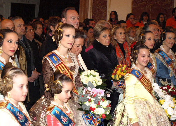 Las Falleras Mayores ofrecieron flores a la Virgen de los Desamparados, una vez acabada la Crida. Foto: Artur Part.