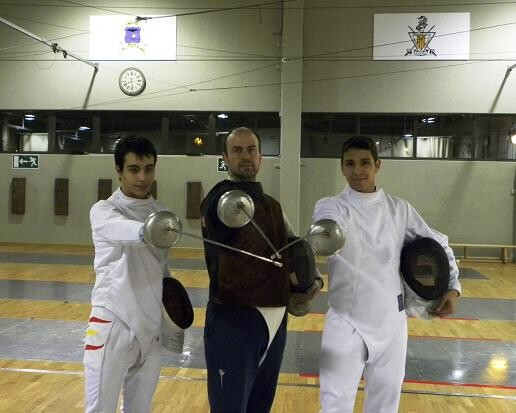 Los dos tiradores Toni Carles y Fran Valero y, enmedio, el maestro de armas, José Manuel Orduña/sav