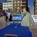 Una valenciana lanza en una pequeña pista azul en la plaza de la Virgen de Valencia/fhcv