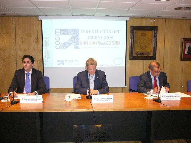 El presidente del Coiti, José Luis Jorrín, enmedio de la mesa firma un documento