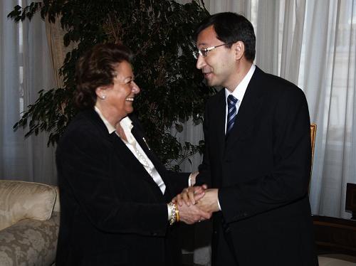 La alcaldesa y el embajador se estrechan las manos en el Salón Pompeyano/ayto valencia