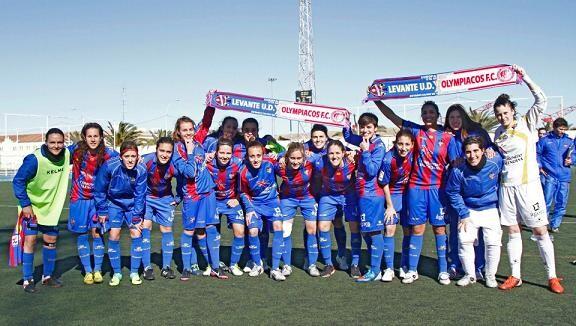 Las jugadoras animan al primer equipo para su encuentro de Uefa League ante el Olympiakos/jorge ramirez