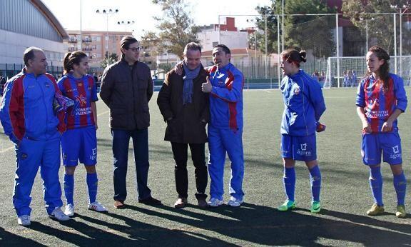 El míster del Levante UD, Juan Ignacio Martínez, acudió con el vicepresidente, Tomás Pérez, a ver el encuentro y departió con ellas y Contreras/j.ramirez