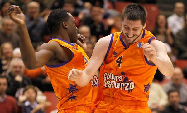 Los hombres de Perasovic, celebrando una jugada del partido. Foto: Valencia Basket