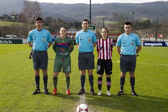 Las capitanes de los dos clubes con el trío arbitral/atletic club de bilbao