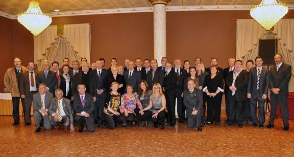 Distinguidos, autoridades y presidentes en la última foto de Begoña Sorolla como presidenta en una cena de junta mayor/Rafa Montesinos