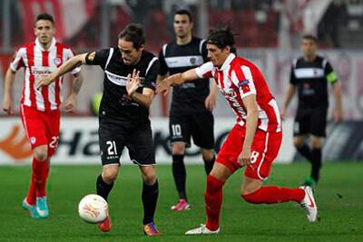 Míchel se zafa de un contrario en un lance del partido.