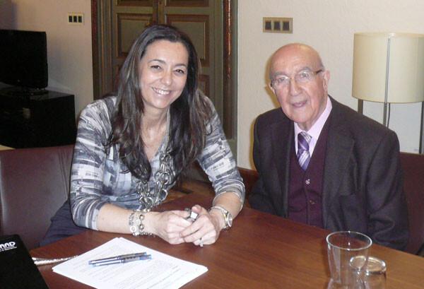 La Secretaria Autonómica, Nela García, con el doctor José Fornés