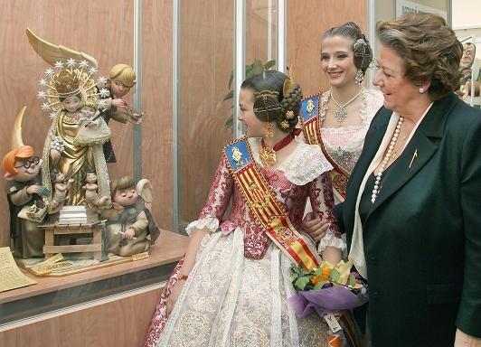 La Fallera Mayor Infantil, Carla González, observa el ninot de la patrona con la alcaldesa y la Fallera Mayor de Valencia/Manolo Guallart