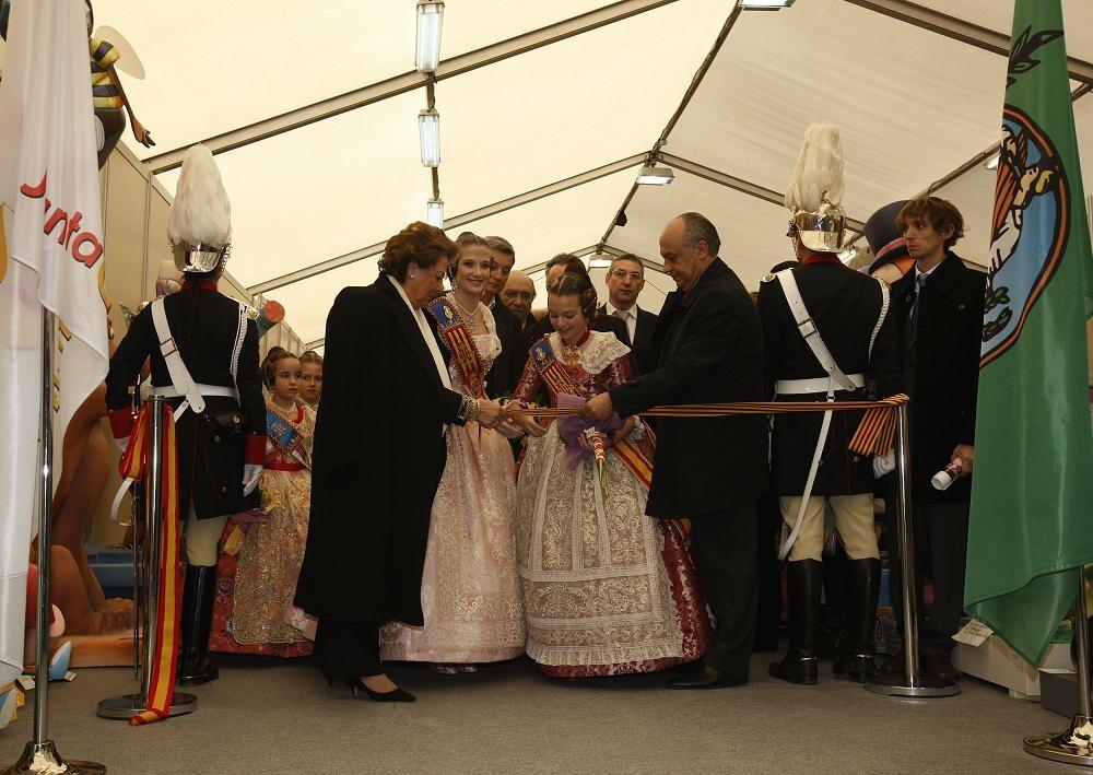 Barberá, las falleras mayores y el edil de Fiestas Lledó en la inauguración de la exposición/ayto vlc