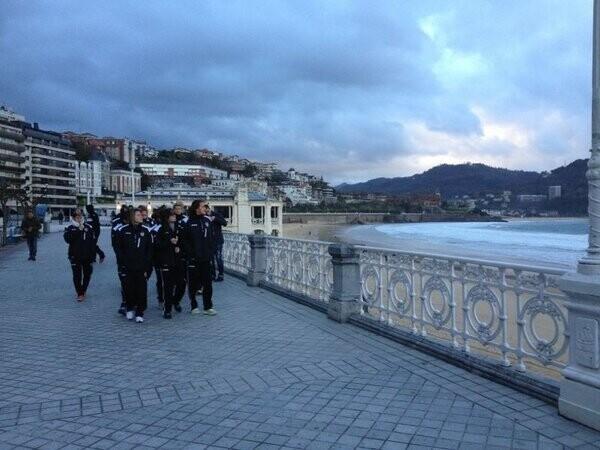 Las jugadores del Valencia Femenino paseando por La Concha antes del encuentro de hoy/@VCF_Femenino