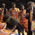 Perasovi arenga a sus jugadores durante el encuentro/ACB Photo