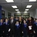 Alumnos del colegio Trafalgar con el conseller, el presidente de Avacu y la edil de Consumo de Valencia/ayto valencia