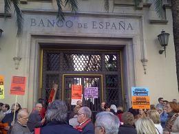 Un momento de la concentración que tuvo lugar enfrente del Banco de España/vlccudad
