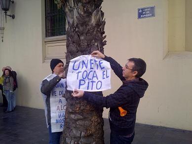Dos manifestantes colocan un cartel pidiendo colaboración a los conductores/vlcciudad