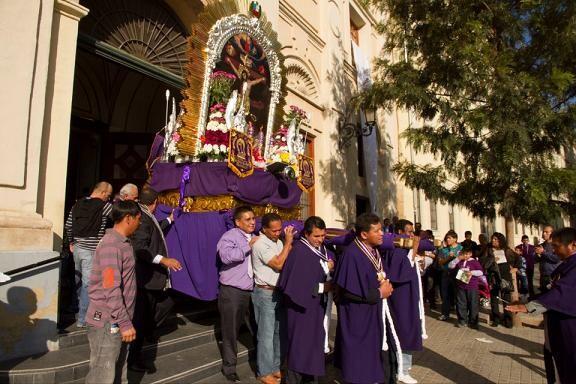 Los componentes de la hermandad sacan el trono anda de la iglesia de Santa Mónica/hdad. de de los milagros