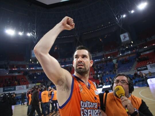 Rafa levanta el brazo saludando a la afición taronja/ACB Photo