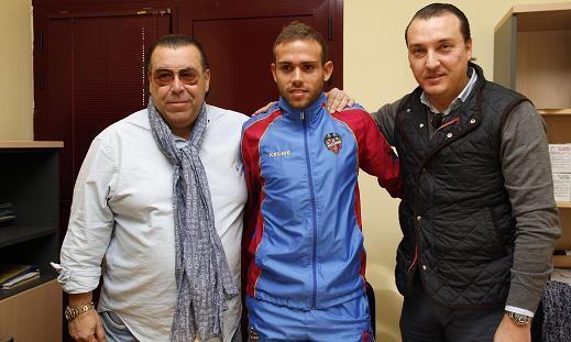 Roger entre el presidente del Levante UD y otro directivo después de firmar/jorge ramirez