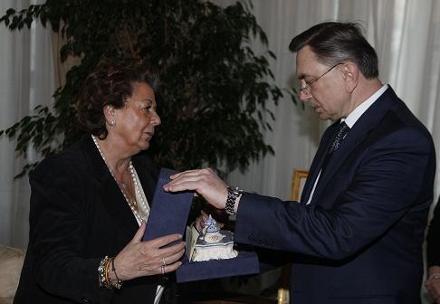 La alcaldesa Barberá le entrega un detalle al embajador ruso/ayto vlc