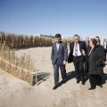 La alcaldesa habla con el edil de la Devesa-Albufera durante la visita a la regeneración de dunas de El Saler/ayto vlc