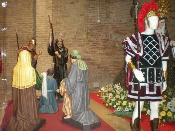 Las figuras del grupo escultórico a la izquierda con la de un Longino, vulgo Ronquino, a la derecha/Corp. Longinos