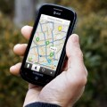 Una persona mira un mapa en un smartphone