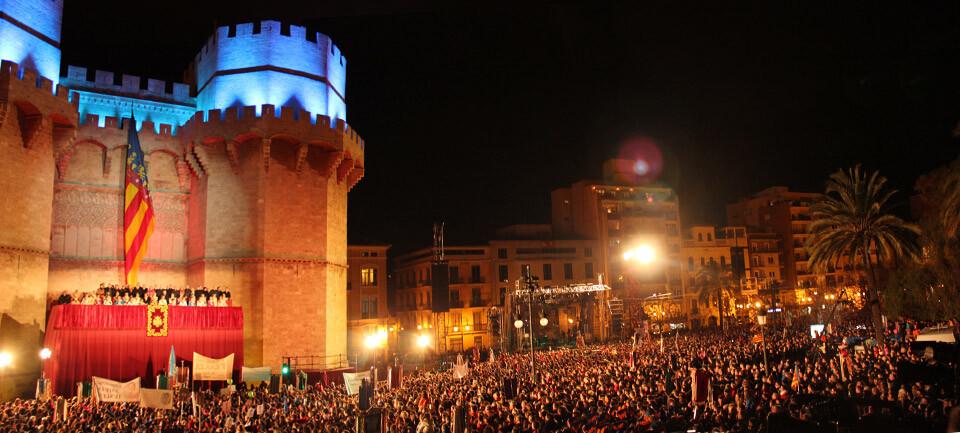 La explanada frente a las Torres de Serranos, repleta en la Crida 2013. Foto: Javier Furió