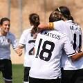 Dos jugadoras blanquinegras festejan uno de los cuatro goles alcanzados en Beniferri contra el Lagunak/ juan i catalan. vlcfemenino